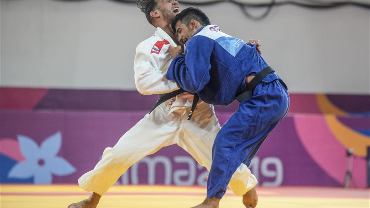 Cuba's Magdiel Estrada (L) competes against Peru's Alonso Wong in their Judo Men's -73 kg Gold Medal Final contest during the Lima 2019 Pan-American Games in Lima on August 9, 2019.