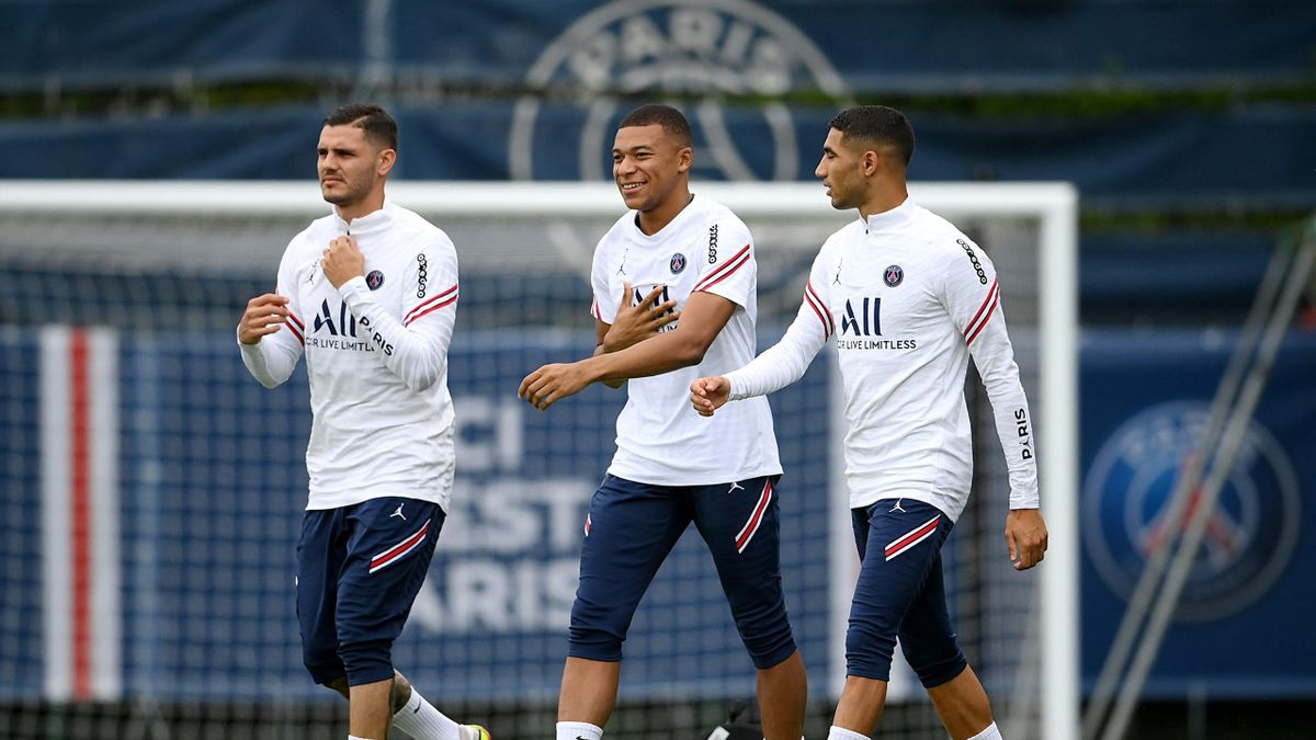 (FromL) Paris Saint-Germain's Argentinian forward Mauro Icardi, Paris Saint-Germain's French forward Kylian Mbappe and Paris Saint-Germain's Moroccan defender Achraf Hakimi walk on the pitch during a training session at the Camp des Loges (PSG)