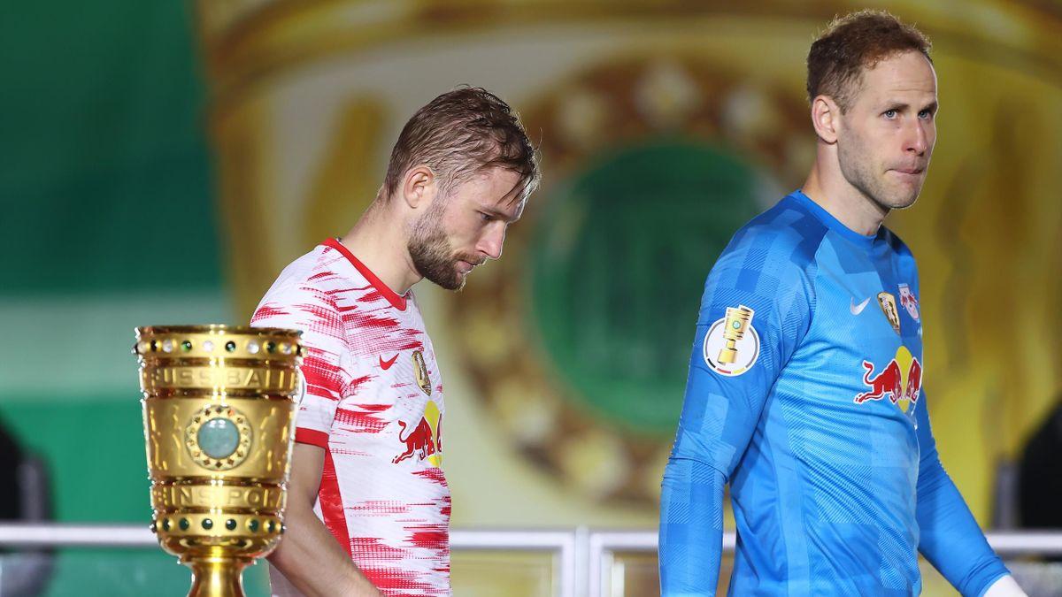 Die Leipziger Peter Gulasci (rechts) und Konrad Laimer nach dem verlorenen DFB-Pokalfinale gegen den BVB