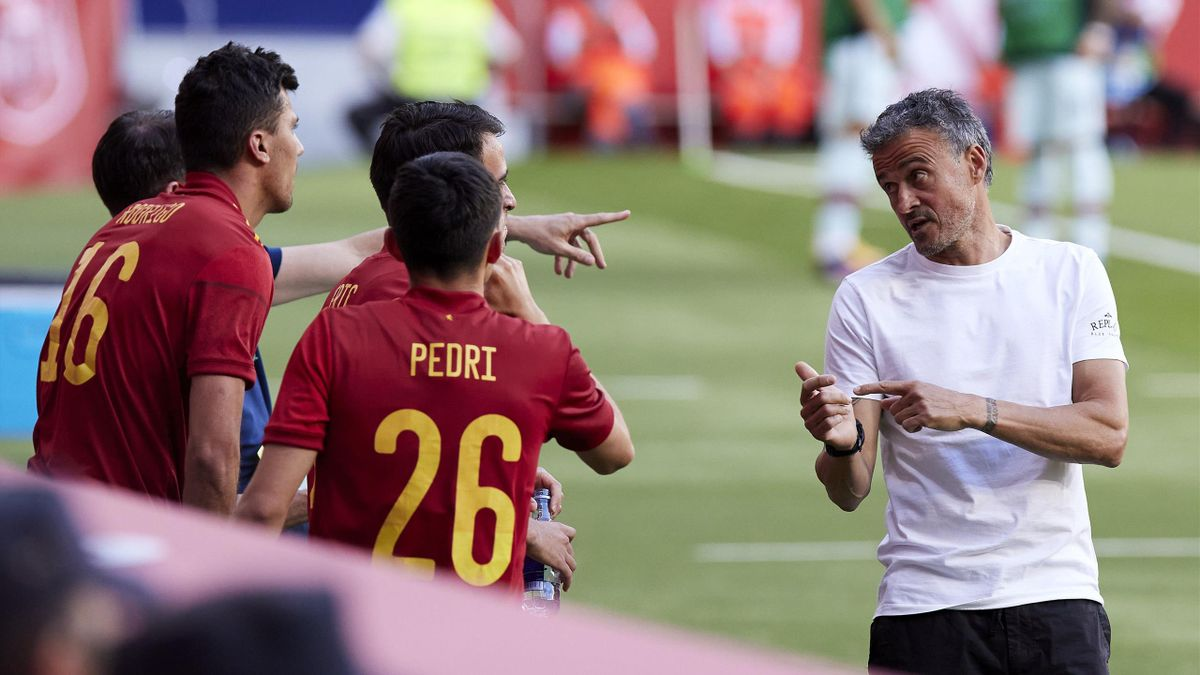 Spaniens Nationaltrainer Luis Enrique (r.) im Gespräch mit seinen Spielern