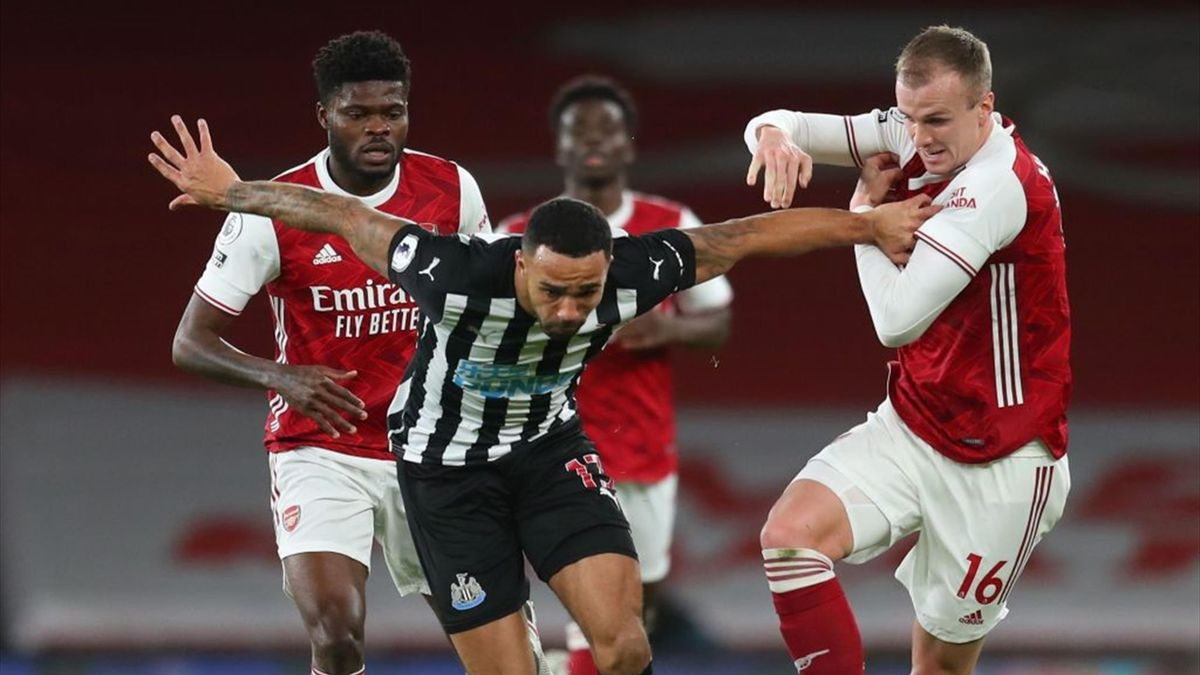 Newcastle United's English striker Callum Wilson (C) vies with Arsenal's Ghanaian midfielder Thomas Partey (L) and Arsenal's English defender Rob Holding during the English Premier League football match between Arsenal and Newcastle United at the Emirates