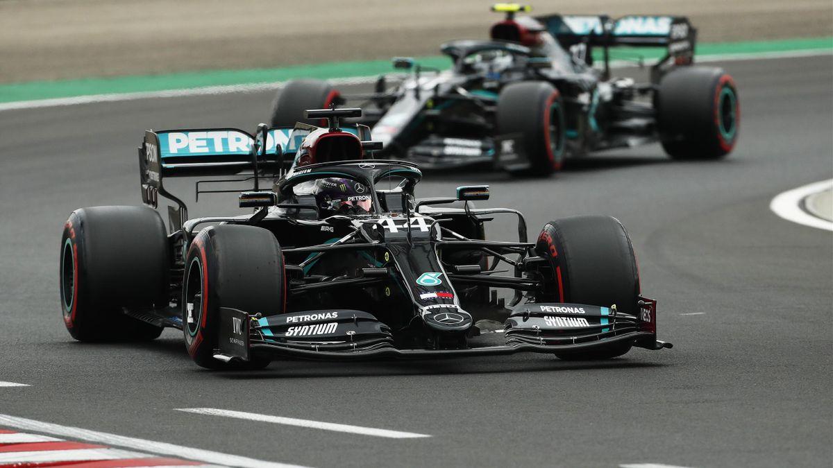 Die beiden Mercedes-Piloten Lewis Hamilton (vorne) und Valtteri Bottas (hinten) dominieren bisher die Formel-1-Saison