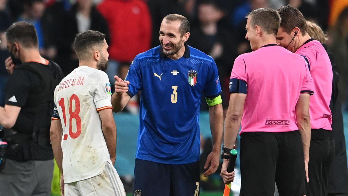 Giorgio Chiellini en discussion avec Jordi Alba avant la séance de tirs au but remportée par l'Italie contre l'Espagne, le 6 juillet 2021 à Wembley.