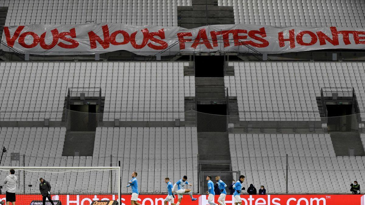 Des banderoles de mécontentement ont été installées par des supporters dans les tribunes du Stade Vélodrome.
