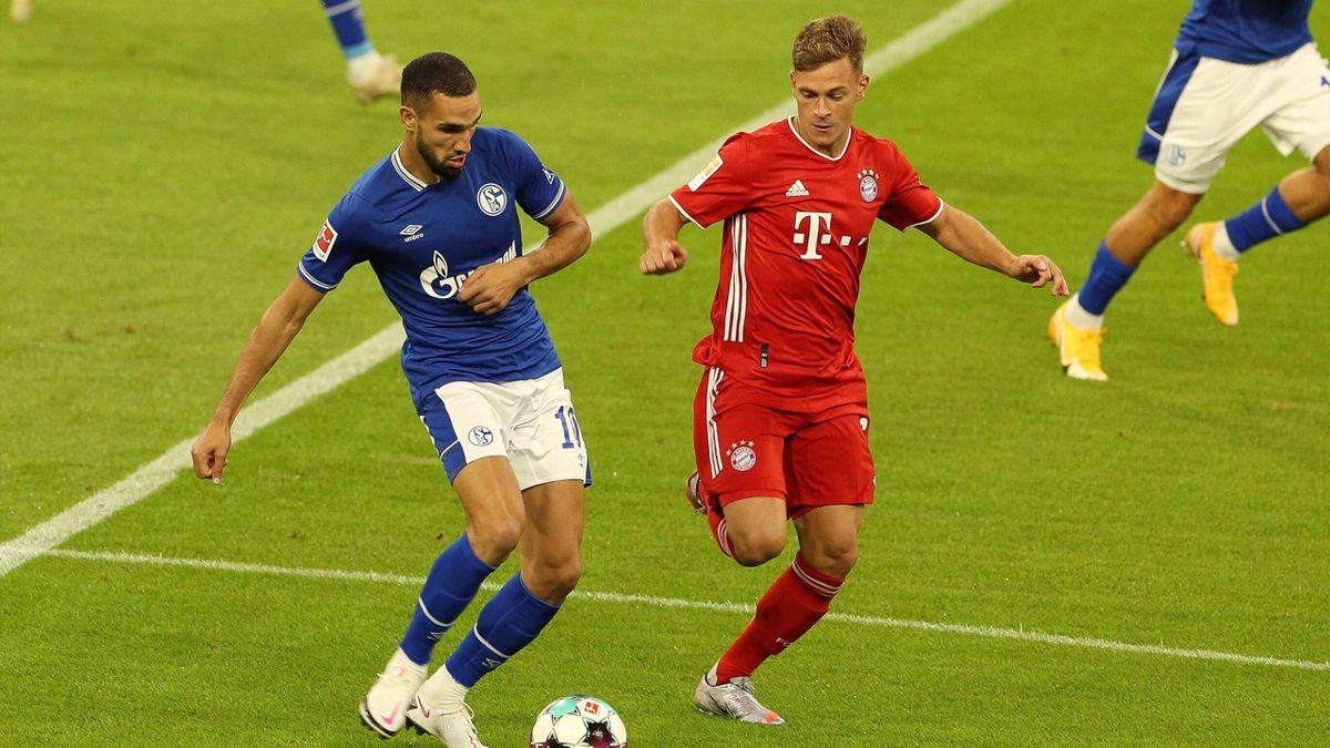 Nabil Bentaleb (links; FC Schalke) im Zweikampf mit Joshua Kimmich (FC Bayern)