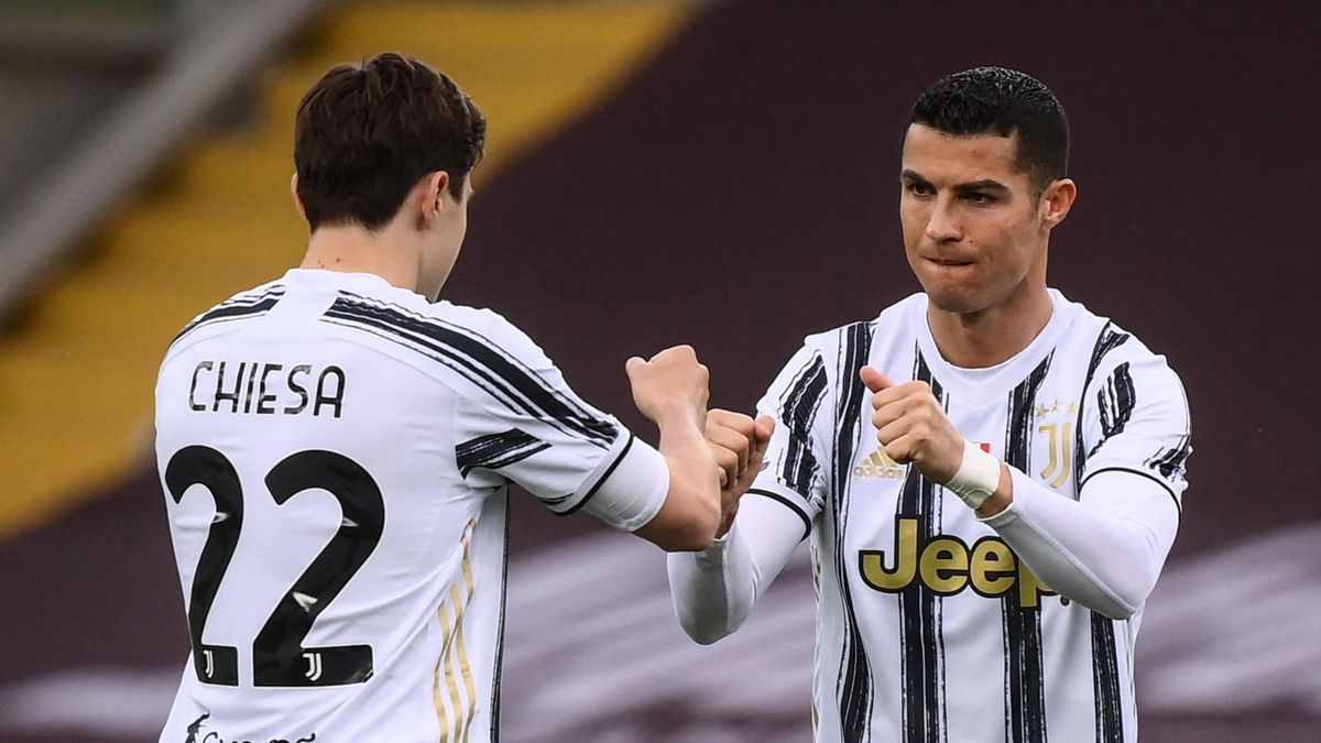 Juventus' Portuguese forward Cristiano Ronaldo (R) and Juventus' Italian forward Federico Chiesa