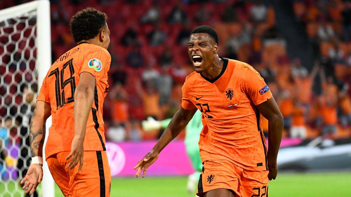 Torschütze Denzel Dumfries (rechts) und Vorbereiter Donyell Malen bejubeln das 2:0 der Niederlande gegen Österreich