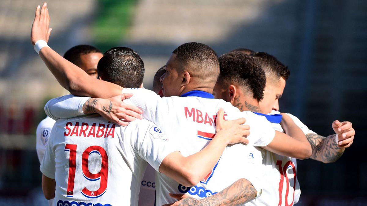 Kylian Mbappé fête son but avec ses coéquipiers lors de la rencontre Metz - PSG (34e journée de Ligue 1)