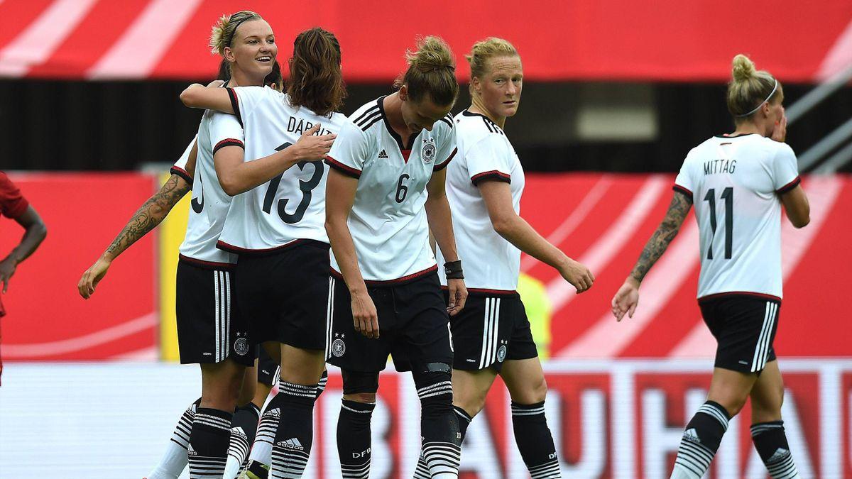 Das deutsche Team bejubelt den Treffer von Alexandra Popp gegen Simbabwe