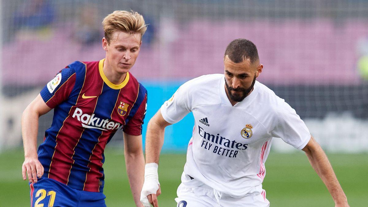 Karim Benzema et Frenkie de Jong lors du match opposant le FC Barcelone au Real Madrid, le 24 octobre 2020, en Liga
