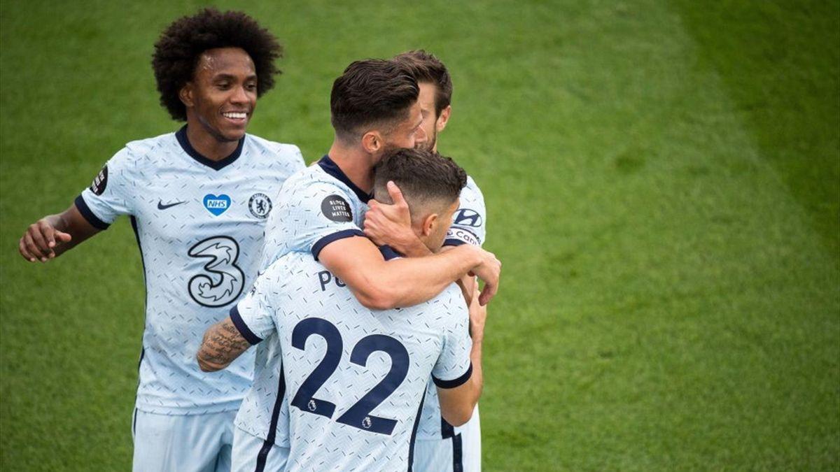Giroud félicite Pulisic lors de la rencontre opposant Crystal Palace à Chelsea, le 7 juillet 2020