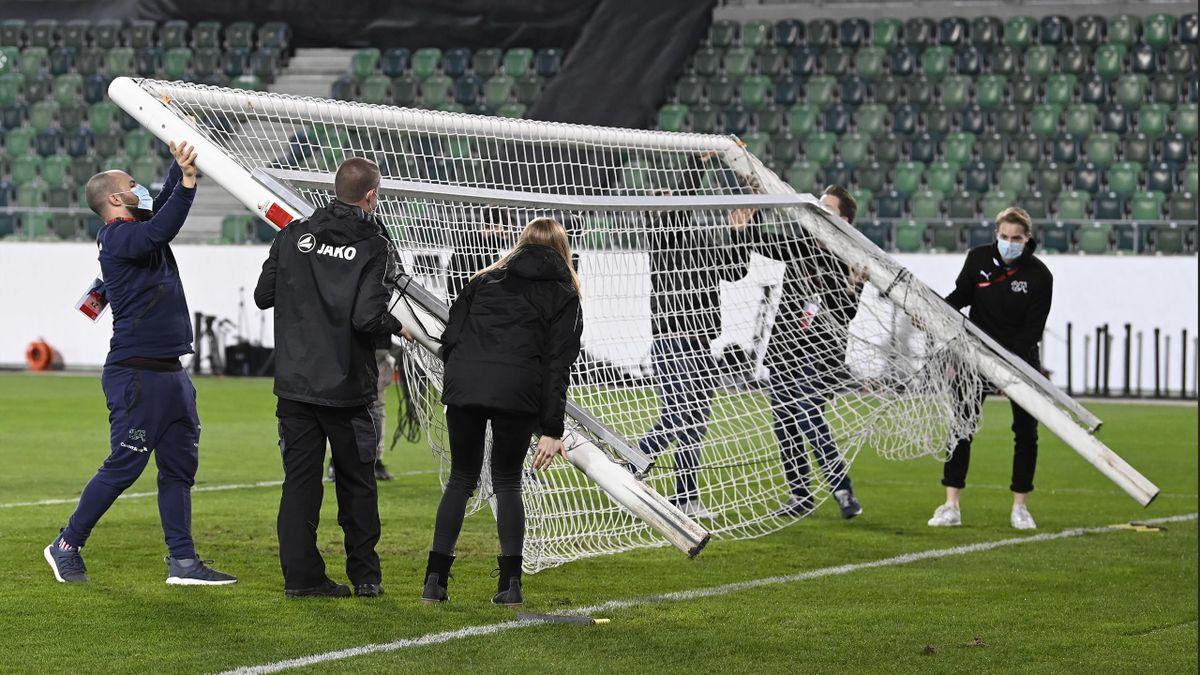 Vor dem Spiel der Schweiz gegen Litauen muss ein Tor gewechselt werden