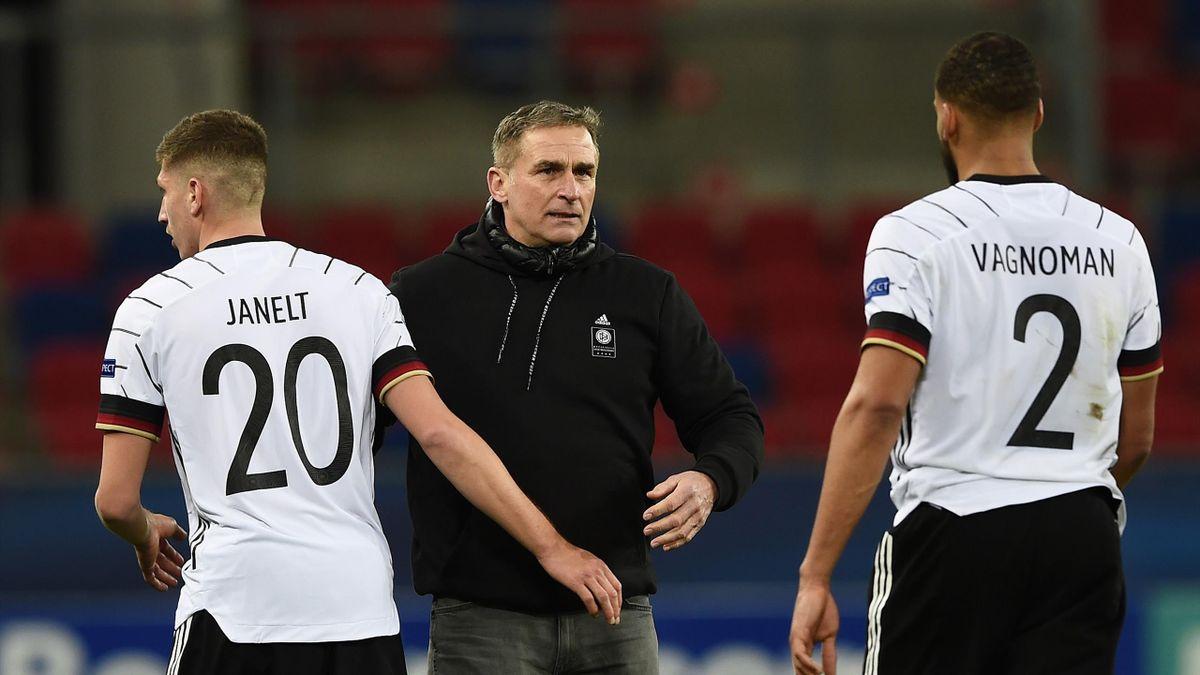 U21-Trainer Stefan Kuntz (Mitte) mit Vitaly Janelt und Josha Vagnoman