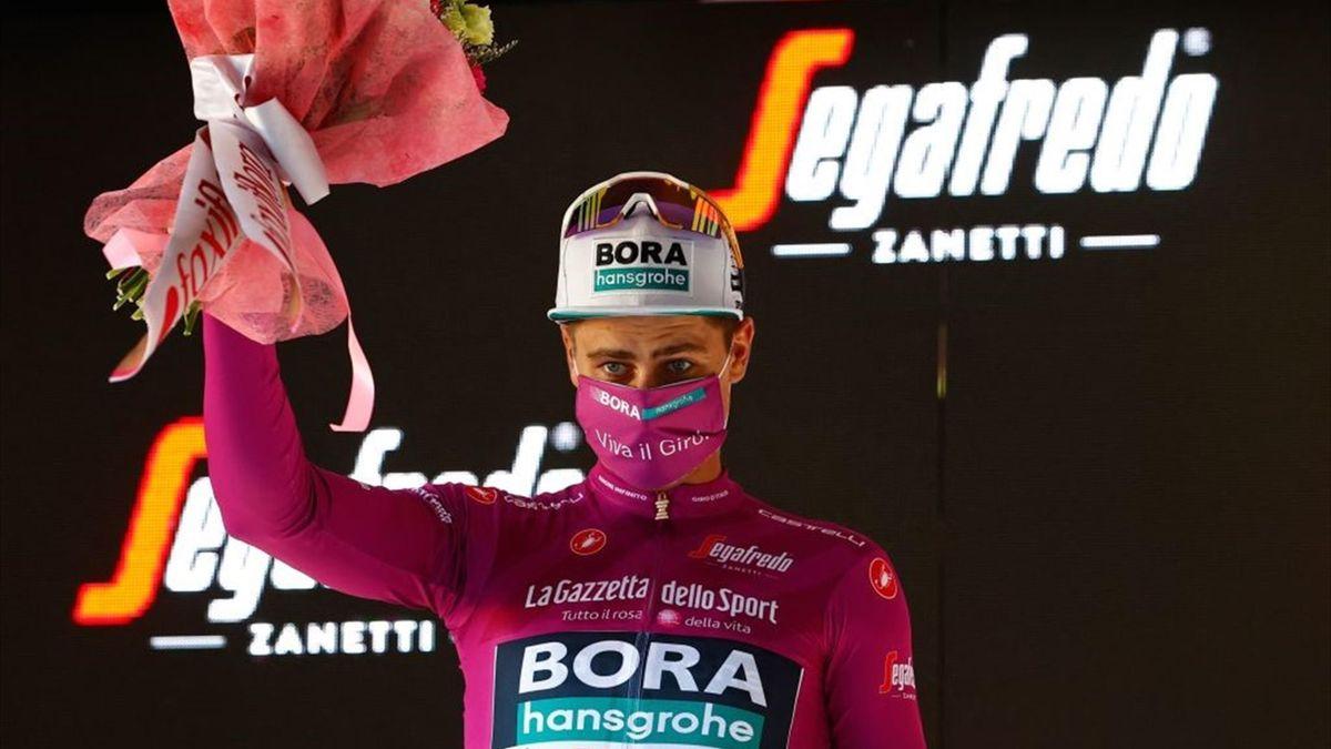 Peter Sagan sul podio di Bagno di Romagna con la maglia ciclamino - Giro d'Italia 2021