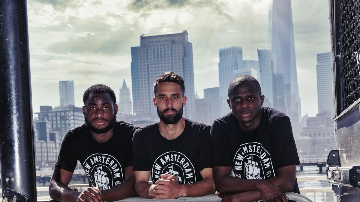 Des joueurs du New Amsterdam FC pose devant les gratte-ciels de New York
