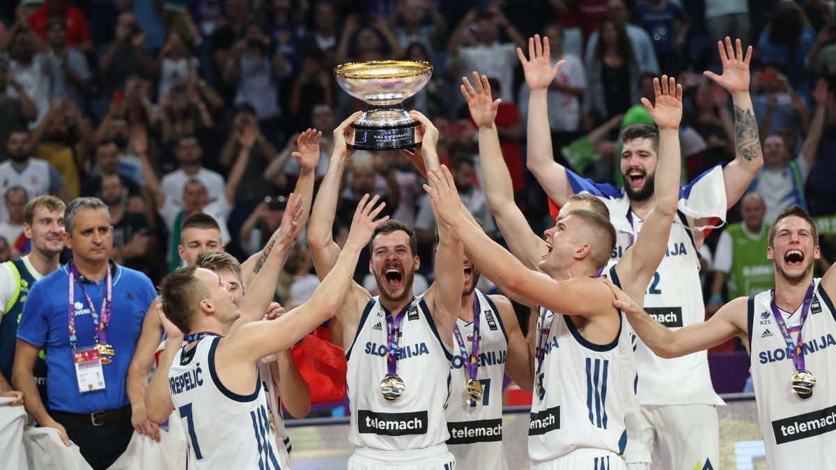 Goran Dragic levanta el trofeo de campeón del Eurobasket con Eslovenia