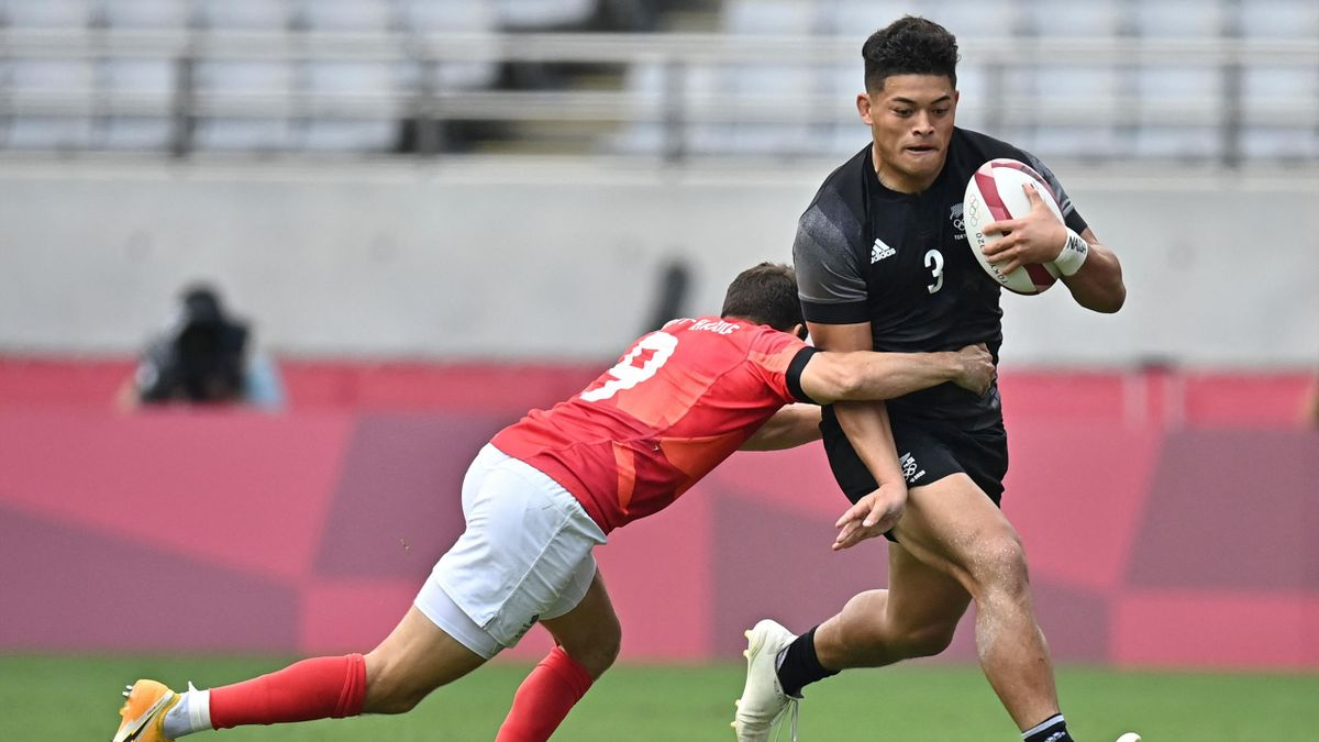 New Zealand's Tone Ng Shiu (R) is tackled by Britain's Ollie Lindsay-Hague (L) in the men's semi-final rugby sevens match between Britain and New Zealand during the Tokyo 2020 Olympic Games at the Tokyo Stadium in Tokyo on July 28, 2021. (Photo by Ben STA