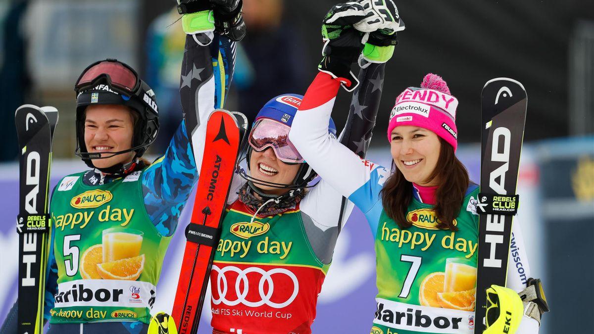 Mikaela Shiffrin (Mitte) bejubelt ihren 13. Saisonsieg