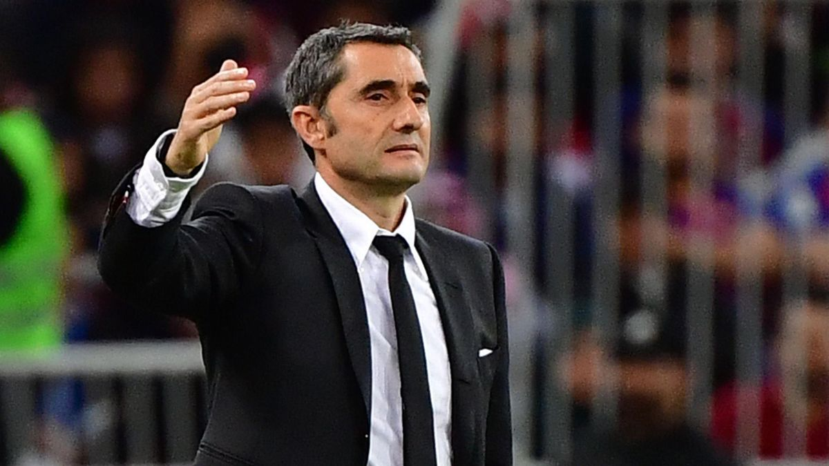 Barcelona's Spanish coach Ernesto Valverde speaks to his players during the Spanish Super Cup semi final between Barcelona and Atletico Madrid on January 9, 2020