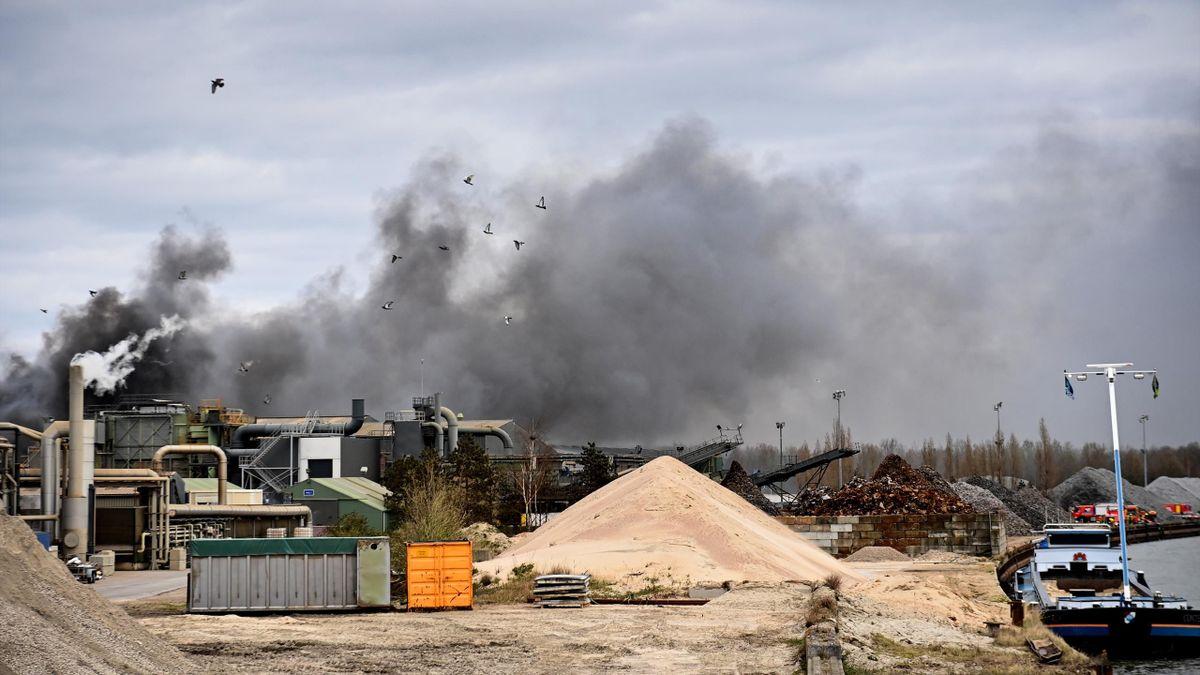 Incendio en Menen visto desde la ruta de la Gante-Wevelgem