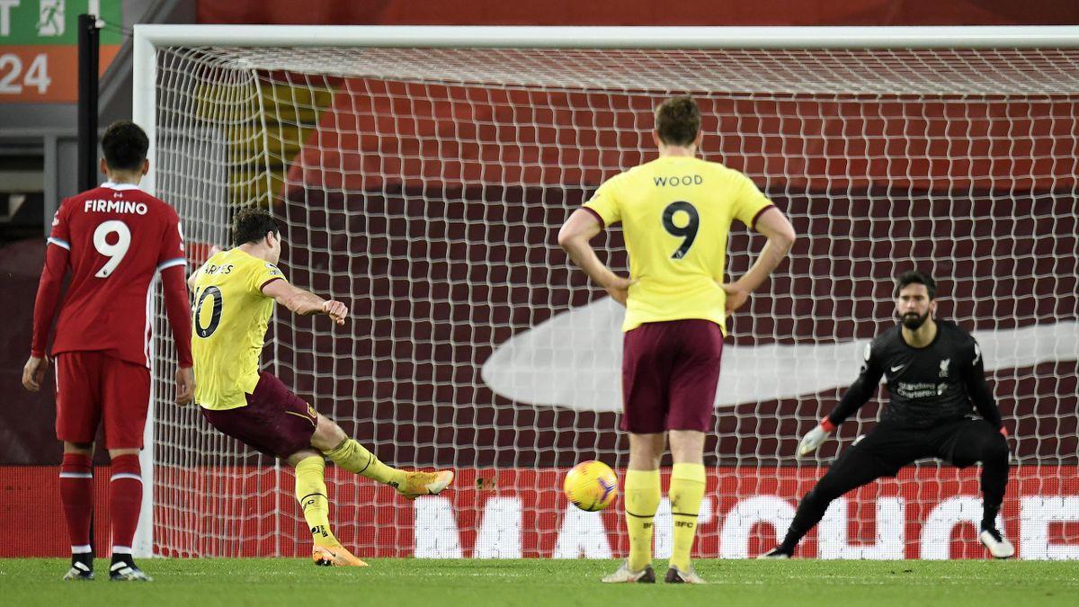 Ashley Barnes (FC Burnley) erzielt vom Punkt den Siegtreffer gegen den FC Liverpool