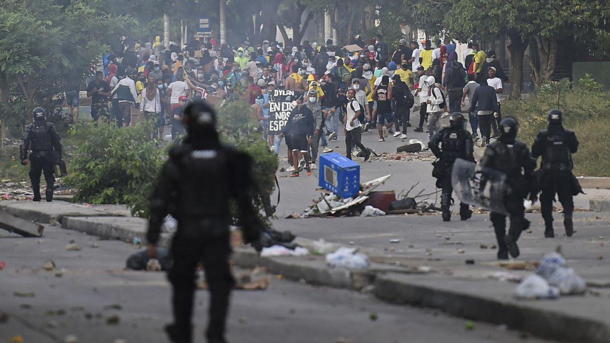 Sicherkeitskräfte gehen vor dem Stadion gegen die Demonstranten während des Spiels Kolumbien gegen Argentinien vor