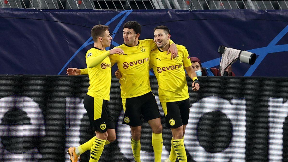 aphael Guerreiro of Borussia Dortmund celebrates with teammates after scoring their team's first goal during the UEFA Champions League Group F stage match between Borussia Dortmund and SS Lazio at Signal Iduna Park on December 02, 2020 in Dortmund, German