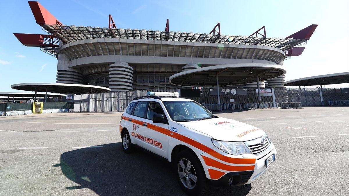 L'auto della Croce Rossa davanti a San Siro, Serie A Coronavirus, Getty Images