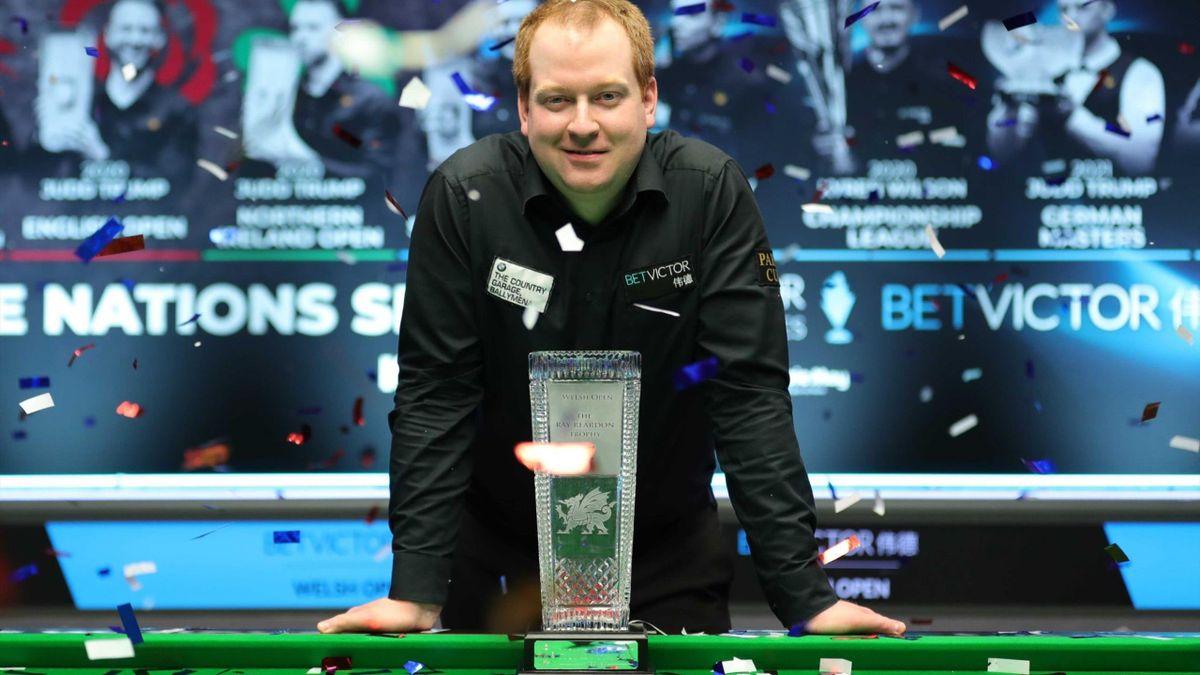 Джордан Браун с трофеем (World Snooker – wst.tv)