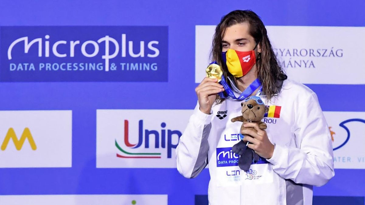 Robert Glință, cu medalia de aur cucerită la Budapesta în proba de 100 m spate