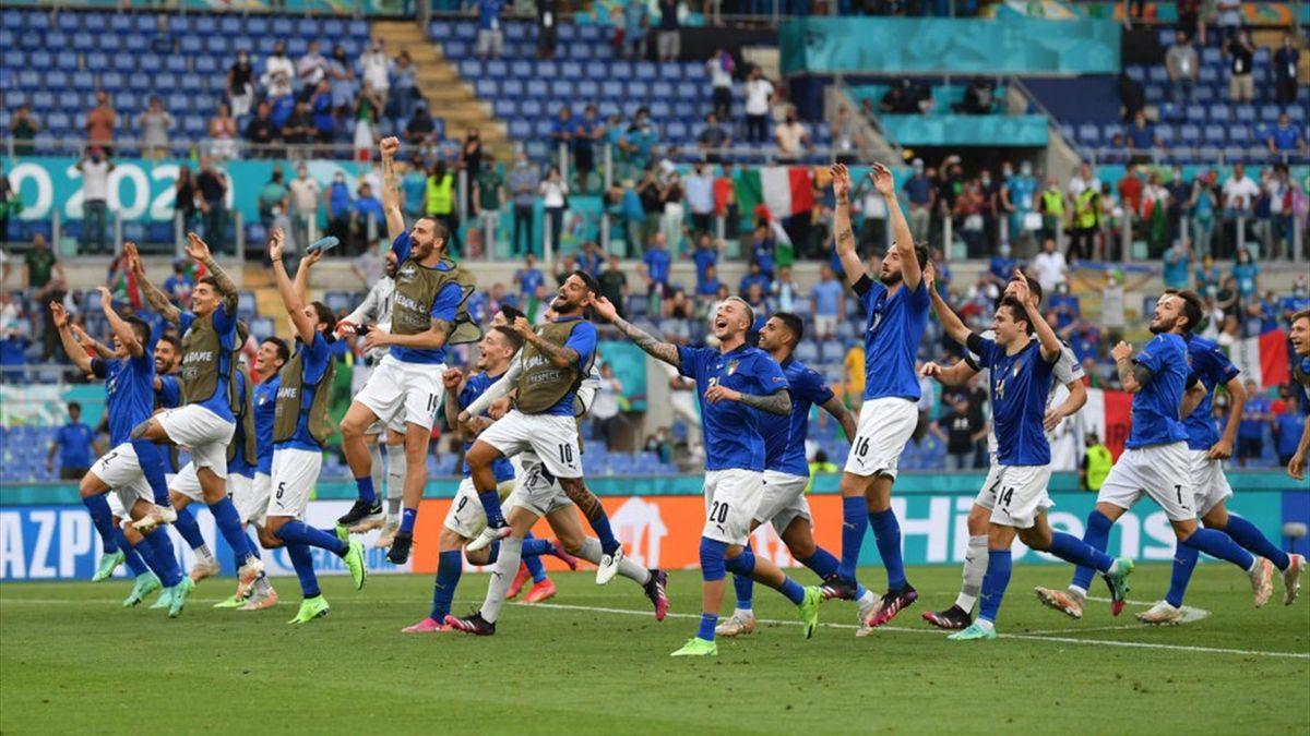 La gioia dei giocatori azzurri dopo la vittoria per 1-0 contro il Galles - Euro 2020