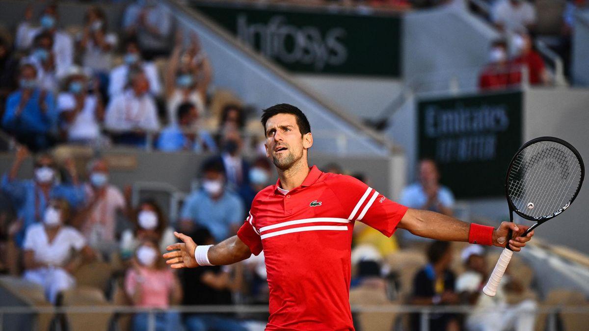Novak Djokovic celebra un punto en la final de Roland-Garros ante Stefanos Tsitsipas
