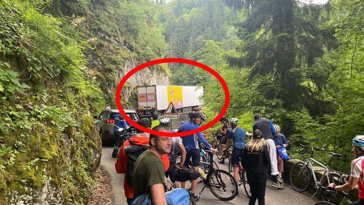 LKW blockiert Tour-Strecke an der Côte de Mont Saxonnex (Foto: Twitter @TeamIsraelSUN)