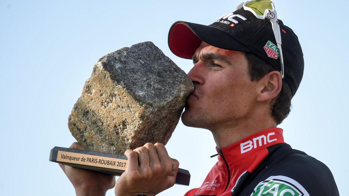 Greg Van Avermaet avec le trophée du Paris-Roubaix
