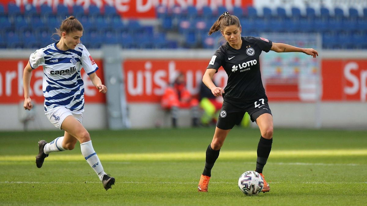 Geldona Morina (links; MSV Duisburg) im Zweikampf Laura Feiersinger (Eintracht Frankfrurt)