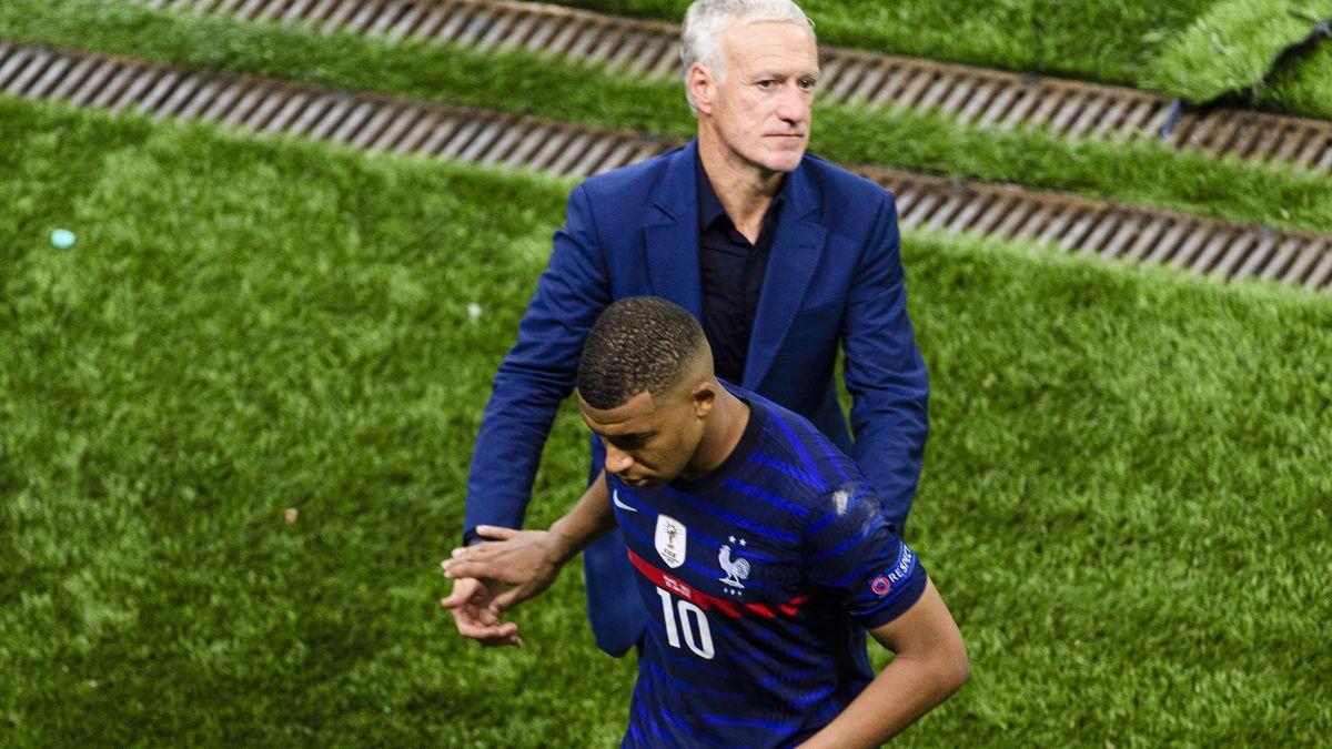 Kylian Mbappé et Didier Deschamps après l'élimination des Bleus