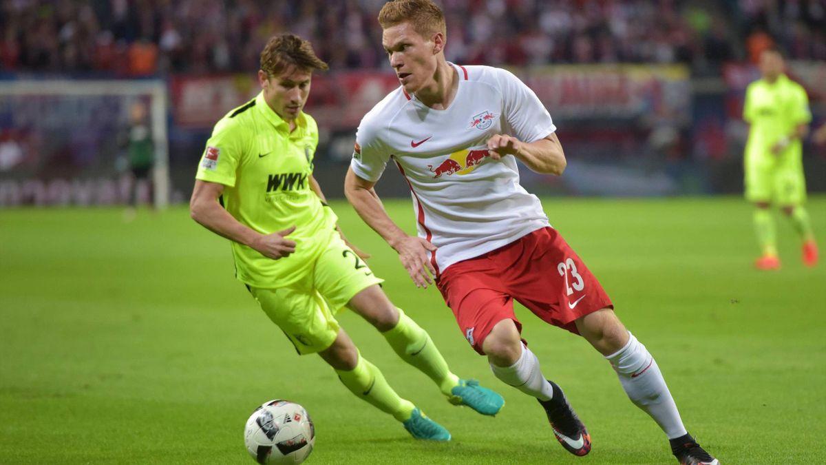 Zweikampf zwischen Marcel Halstenberg und Paul Verhaegh im Spiel RB Leipzig gegen FC Augsburg.