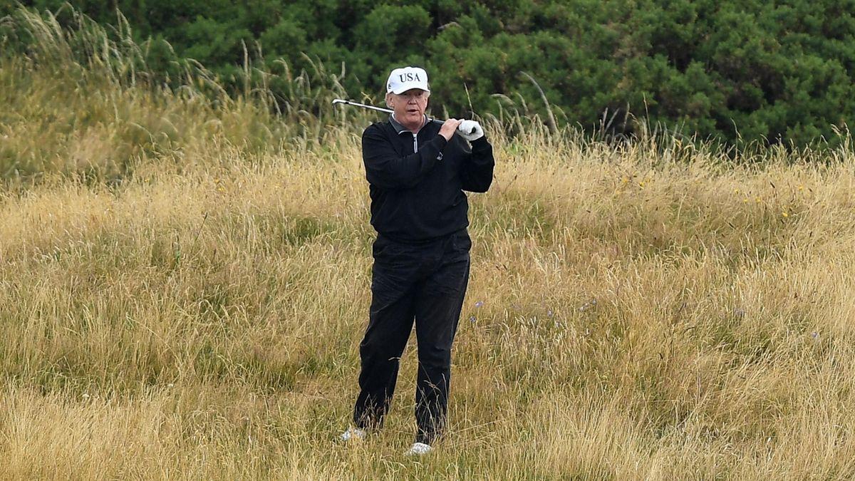 Donald Trump jouant au golf en Écosse en juillet 2018