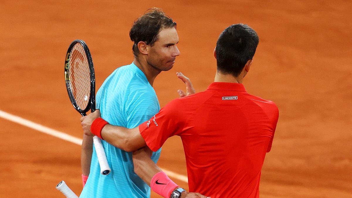 Rafael Nadal et Novak Djokovic se saluent au filet, à l'issue du 13e sacre de l'Espagnol à Roland-Garros - 11/10/2020