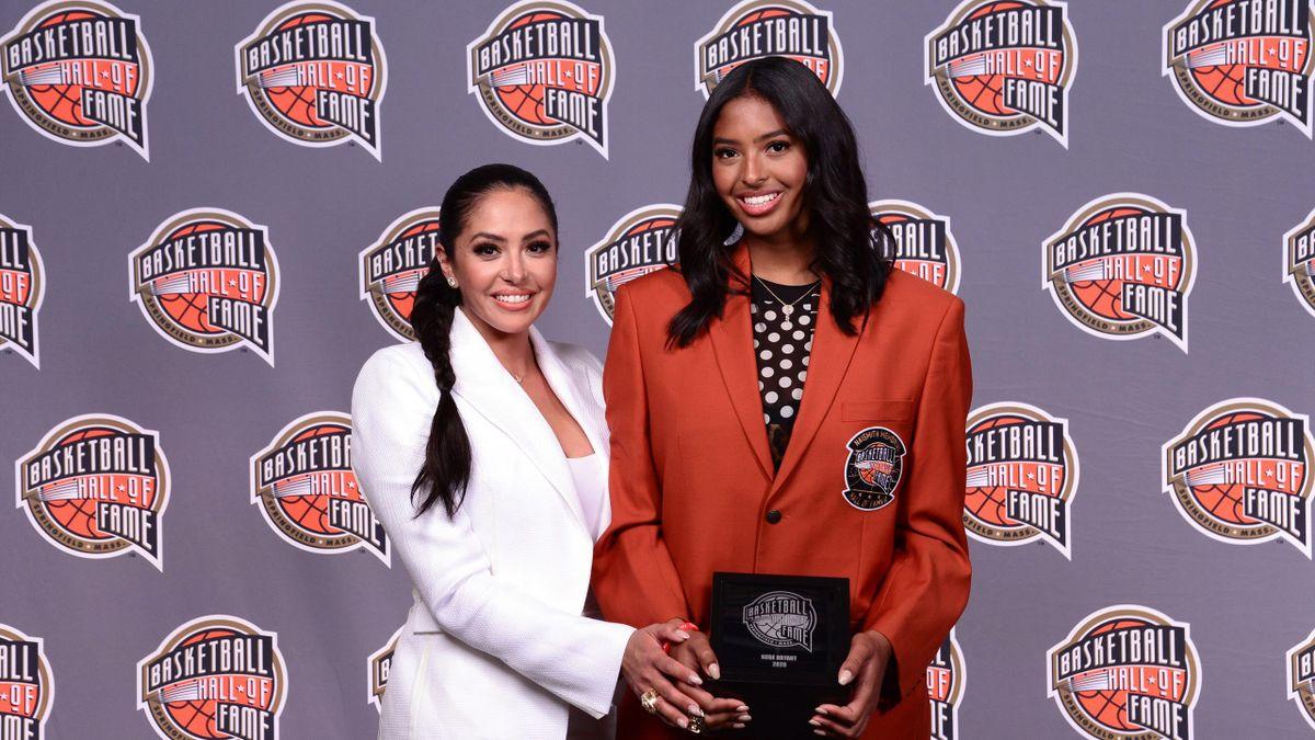 Vanessa e Natalia Bryant presenziano alla cerimonia della Hall of Fame in onore di Kobe