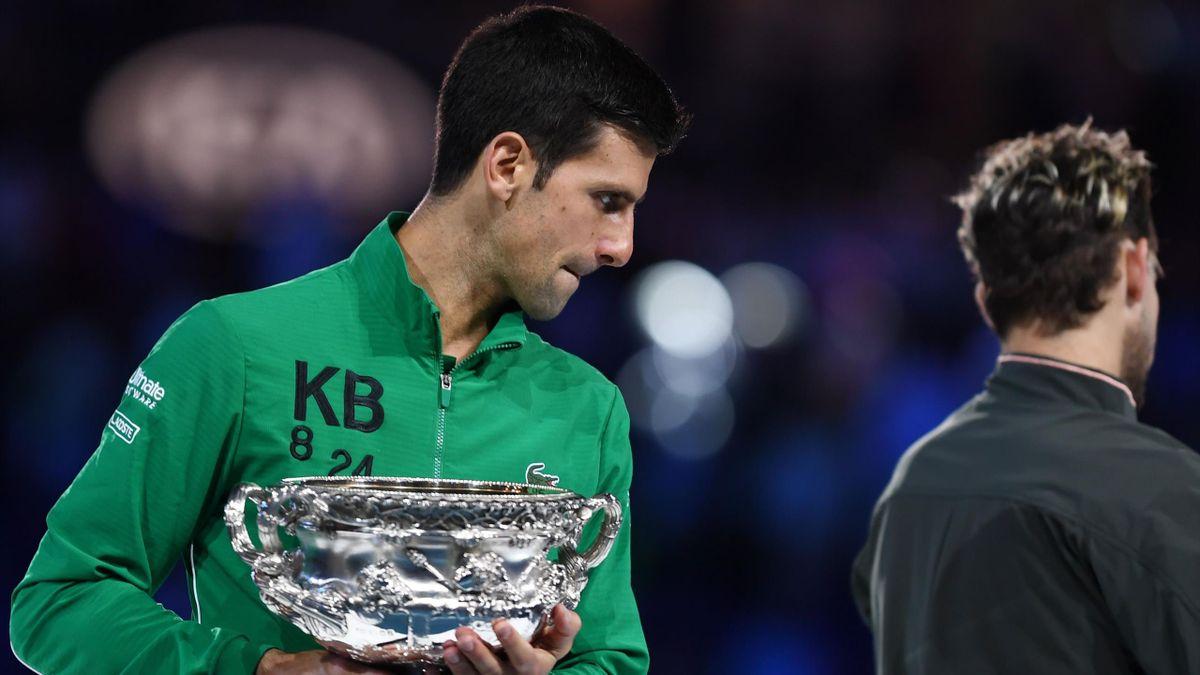 Novak Djokovic avec le trophée de l'Open d'Australie.