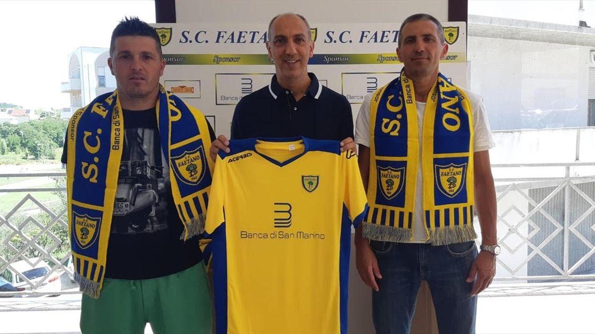 Pier Marino Della Valle (Faetano, San Marino, al centro), il giocatore più anziano d'Europa