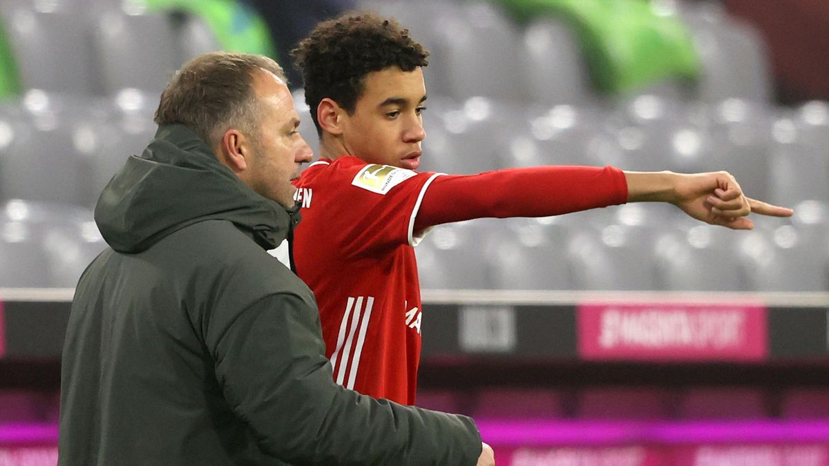 Bayern-Trainer Hansi Flick (links) mit seinem Spieler Jamal Musiala