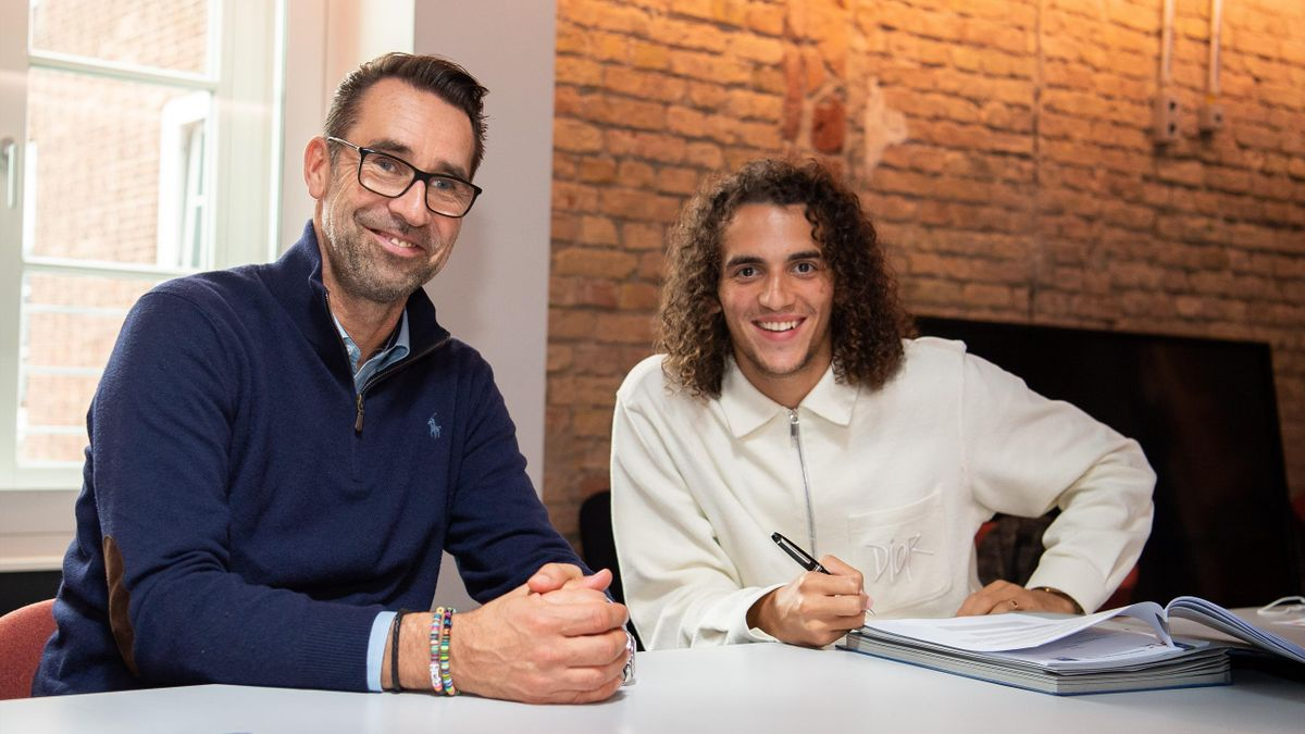 Hertha BSC new signing Matteo Guendouzi with manager Michael Preetz
