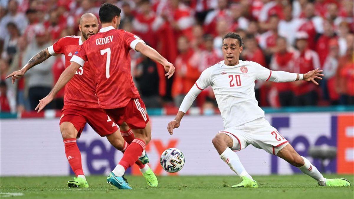 Yussuf Poulsen et Magomed Ozdoev lors de Russie - Denmark lors de l'Euro 2020 le 21 juin 2021 à Copenhague