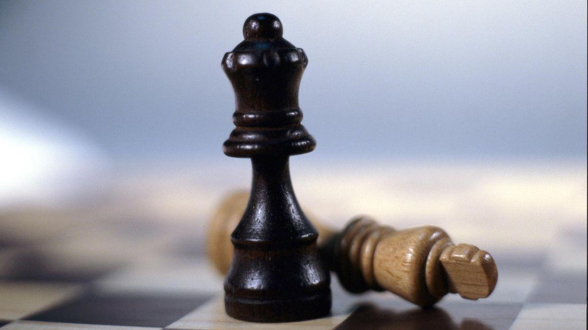 Шахматы – черный ферзь и белый король