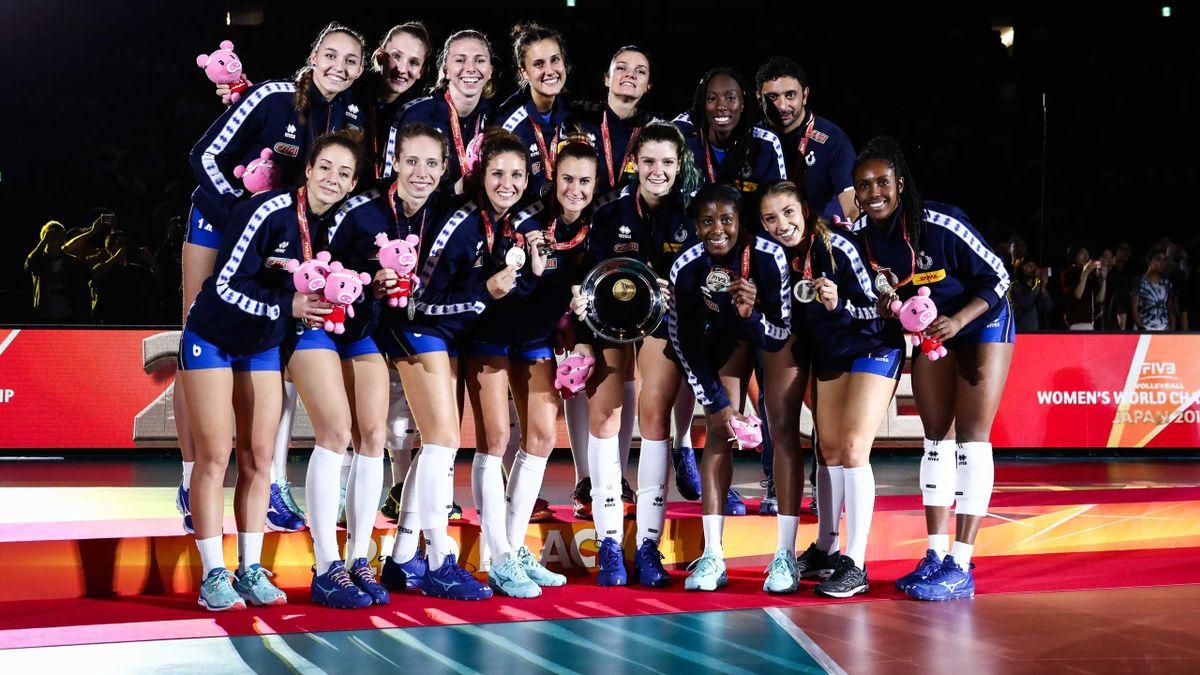 Le ragazze dell'Italvolley posano con l'argento vinto ai Mondiali di Pallavolo femminile vinti in Giappone, Foto Fivb.org