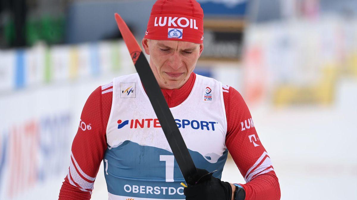 Александр Большунов плачет после финиша марафона на ЧМ-2021