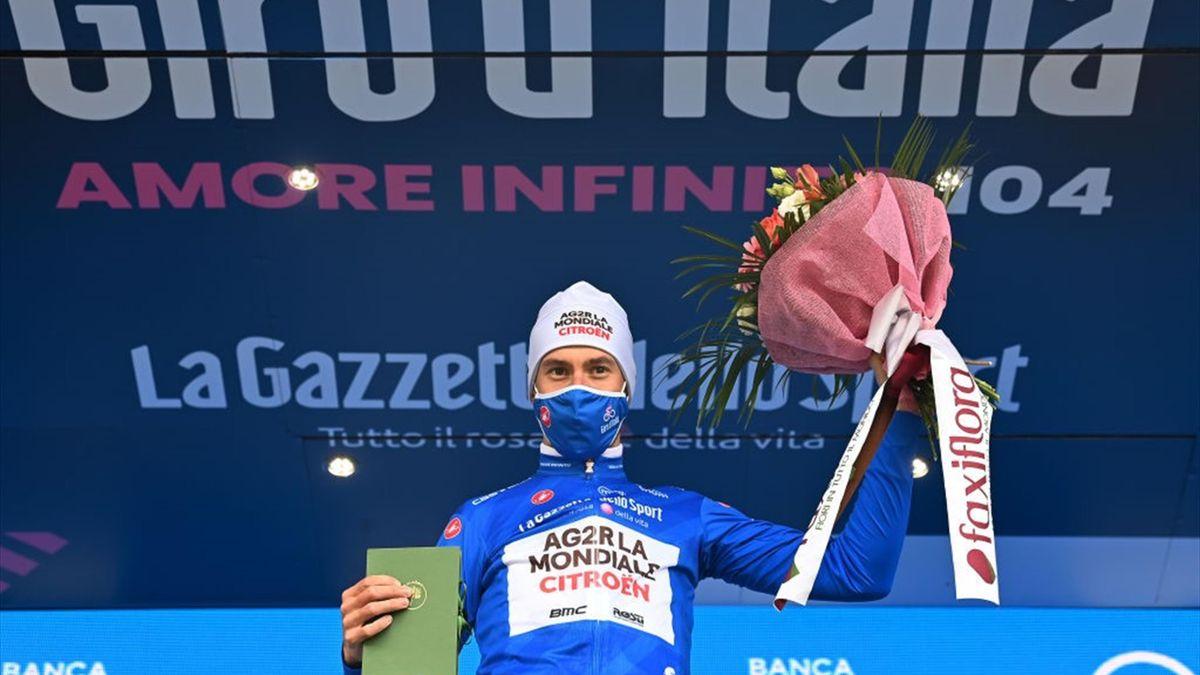 Geoffrey Bouchard sul podio di Alpe Motta con la maglia azzurra - Giro d'Italia 2021