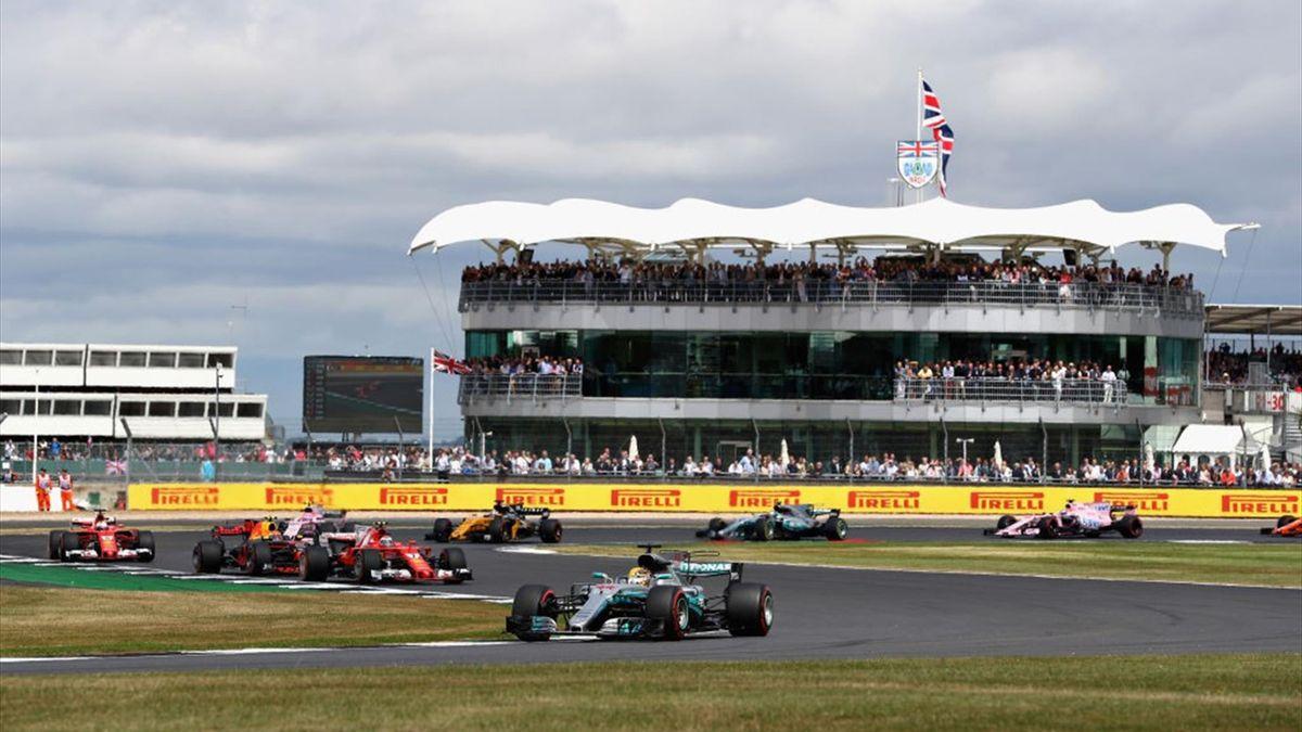 Lewis Hamilton im Mercedes (vorne) beim Großen Preis von Großbritannien 2017